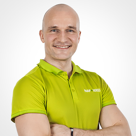 Jaakko Vihrieälä on laaja-alainen tuki- ja liikuntaelinten ammattilainen, joka hymyilee Napteekille tunnusomaisessa T-paidassa